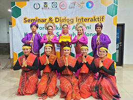 Mahasiswa STIKes Mitra Husada Medan mengisi tarian persembahan Melayu dan Batak dalam acara malam ramah tamah FIAKSI Annual Meeting and Confrence di FK USU